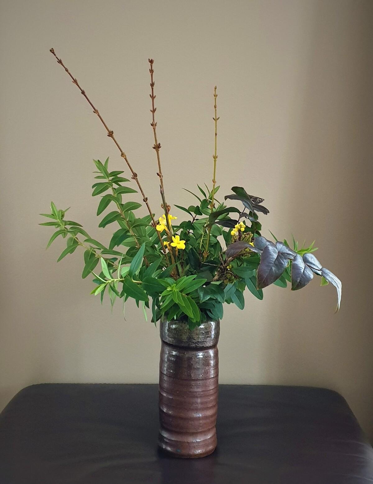 Bouquet jasmin d'hiver/ mahonia/ feuilles de millepertuis